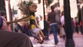 Jogando o fantoche em uma rua filme