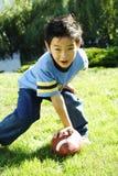 Jogando o futebol Fotos de Stock Royalty Free