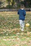 Jogando o futebol Fotografia de Stock Royalty Free
