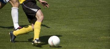 Jogando o futebol Imagens de Stock