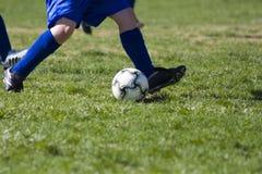 Jogando o futebol Imagens de Stock Royalty Free