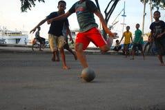 Jogando o futebol com amigos Imagem de Stock