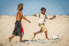 Jogando o futebol da praia Imagem de Stock