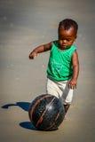 Jogando o futebol da praia Fotos de Stock Royalty Free