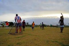Jogando o futebol em Gabão, África fotografia de stock