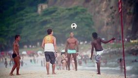 Jogando o futebol na praia de Copacabana video estoque