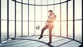 Jogando o futebol no escritório 3d rendem Fotografia de Stock Royalty Free