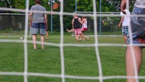 Jogando o futebol ocasional vídeos de arquivo