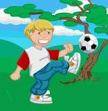 Jogando o futebol (ou o futebol!) Fotos de Stock Royalty Free