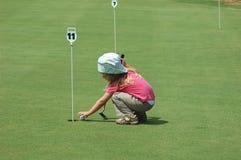 Jogando o golfe Fotografia de Stock