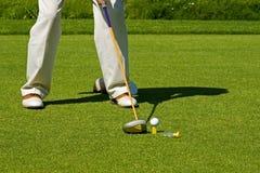 Jogando o golfe Fotos de Stock