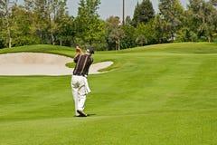 Jogando o golfe Imagens de Stock Royalty Free