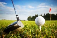 Jogando o golfe. Clube e esfera no T Fotos de Stock Royalty Free