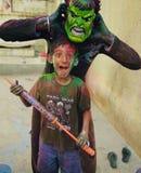 Jogando o holi com meu irmão Foto de Stock