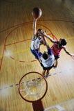 Jogando o jogo de basquetebol Foto de Stock