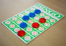 Jogando o jogo de cartões do bingo Imagens de Stock Royalty Free