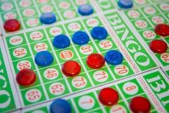 Jogando o jogo de cartões do bingo Imagem de Stock Royalty Free
