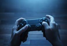 Jogando o jogo video Imagens de Stock Royalty Free