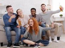 Jogando o karaoke Amigos que têm o divertimento, músicas do canto imagens de stock royalty free