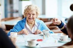 Jogando o loto com amigos superiores Fotos de Stock Royalty Free