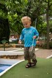 Jogando o mini golfe Fotografia de Stock Royalty Free