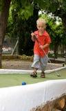 Jogando o mini golfe Fotografia de Stock