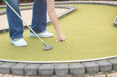 Jogando o mini-golfe Fotografia de Stock Royalty Free