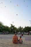 Jogando o papagaio Fotografia de Stock Royalty Free
