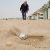 Jogando o ?petanque? na praia Imagens de Stock Royalty Free