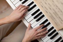 Jogando o piano Foto de Stock