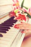 Jogando o piano Imagem de Stock Royalty Free