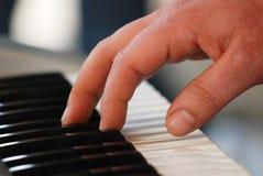 Jogando o piano Fotos de Stock