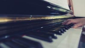 Jogando o piano Fotografia de Stock Royalty Free