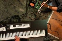 Jogando o piano imagens de stock royalty free