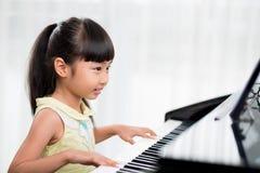 Jogando o piano Foto de Stock Royalty Free