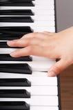 Jogando o piano Fotos de Stock Royalty Free
