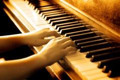 Jogando o piano antigo fotos de stock royalty free