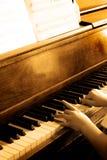 Jogando o piano antigo foto de stock royalty free