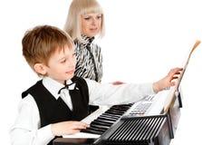 Jogando o piano elétrico Fotografia de Stock Royalty Free