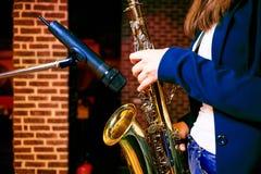 Jogando o saxofone imagens de stock royalty free