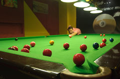 Jogando o snooker Fotos de Stock Royalty Free
