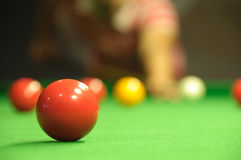 Jogando o snooker Fotos de Stock
