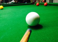 Jogando o snooker Foto de Stock Royalty Free