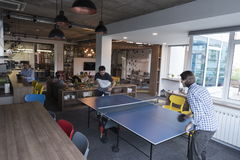 Jogando o tênis do pong do sibilo no espaço de escritórios criativo Fotos de Stock Royalty Free