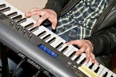 Jogando o teclado da música Fotografia de Stock Royalty Free