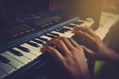 Jogando o teclado de piano eletrônico Fotografia de Stock Royalty Free