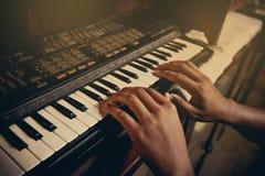 Jogando o teclado de piano eletrônico Imagem de Stock
