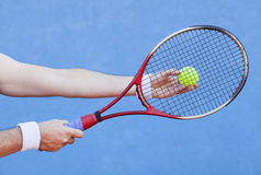Jogando o tênis Fotografia de Stock Royalty Free