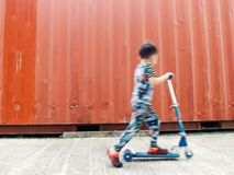 Jogando o 'trotinette' das crianças Fotografia de Stock