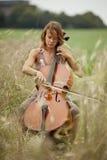 Jogando o violoncelo Imagens de Stock Royalty Free
